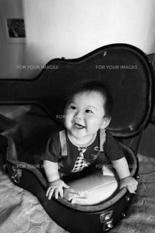 ギターケースと見上げる赤ちゃんの素材 [FYI00085394]
