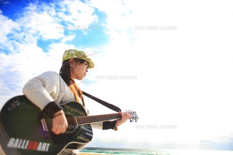 ギターを弾く女性の写真素材 [FYI00085457]