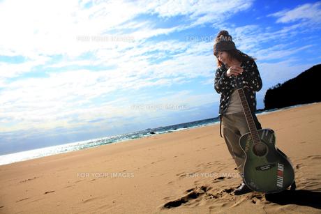 ギターを支える女性の写真素材 [FYI00085464]
