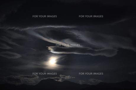 雲に隠れながらも光続ける月の素材 [FYI00085472]