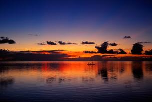 タヒチの静かな海の日没風景の写真素材 [FYI00085483]