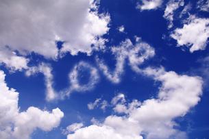青空に浮かぶLOVEの文字の写真素材 [FYI00085516]