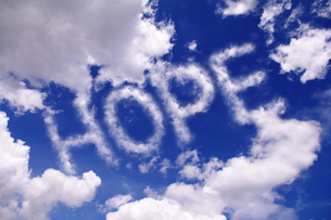 青空に浮かぶHOPEの文字の写真素材 [FYI00085520]