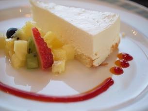 チーズケーキのデザートプレートの写真素材 [FYI00085522]