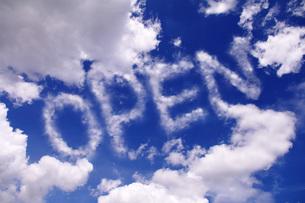 青空に浮かぶOPENの文字の写真素材 [FYI00085523]