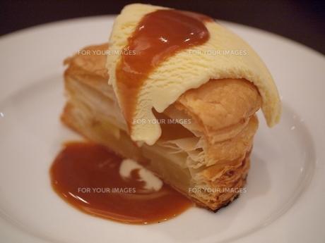 アップルパイのアイスクリーム添えキャラメルソースの写真素材 [FYI00085541]
