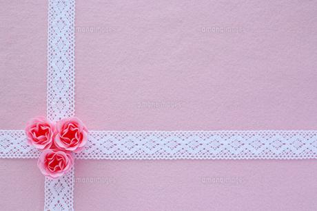 ピンクの薔薇とレースのリボンの写真素材 [FYI00086021]
