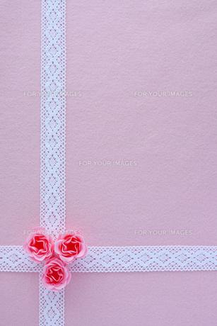 ピンクの薔薇とレースのリボンの写真素材 [FYI00086036]