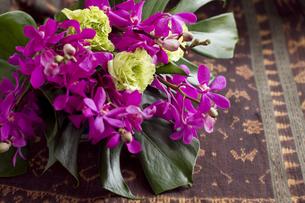 モカラとバラのエスニック花束の写真素材 [FYI00086193]