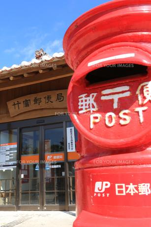 離島の赤いポスト(竹富島)の写真素材 [FYI00086197]