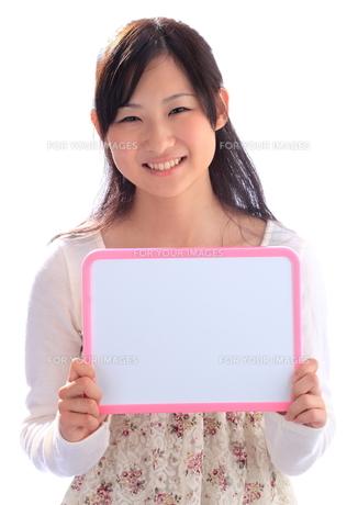ホワイトボードを持つ女性の写真素材 [FYI00086415]