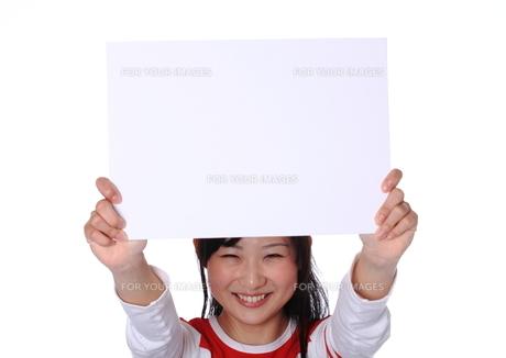 ボードを掲げる女性の写真素材 [FYI00086421]