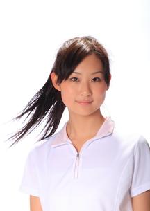 白い半袖シャツの笑顔の女性の写真素材 [FYI00086422]