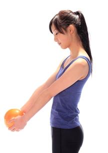 ウエイトボールを持つ女性の素材 [FYI00086437]