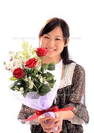 父の日に花束を送る女性の写真素材 [FYI00086439]