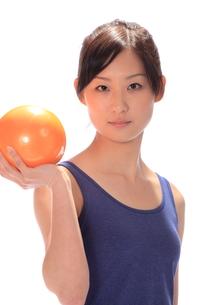 トレーニングする女性の写真素材 [FYI00086443]