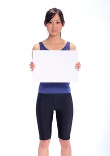 ボードを持つトレーニングウエアの女性の写真素材 [FYI00086448]