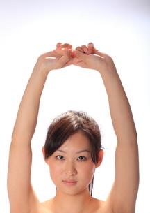 上で手を組む女性の写真素材 [FYI00086451]