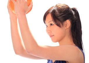 ボールでトレーニングする女性の写真素材 [FYI00086452]