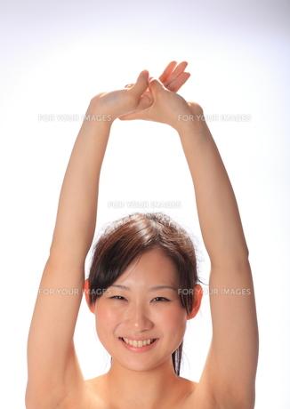 手を上に伸ばす笑顔の女性の写真素材 [FYI00086453]