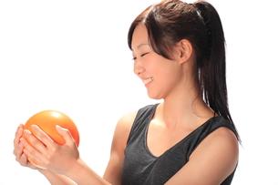 ボールを持つ笑顔の少女の写真素材 [FYI00086456]