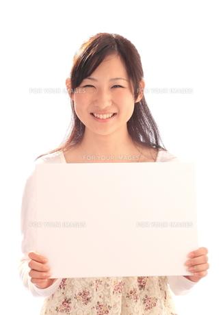 メッセージボードを持つ少女の写真素材 [FYI00086466]