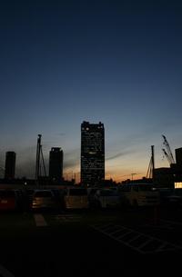 ビルと夕日の写真素材 [FYI00086467]