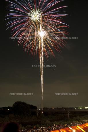 花火と屋台 1の写真素材 [FYI00086508]