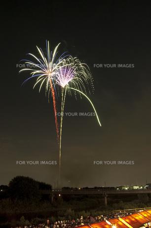 花火と屋台 7の写真素材 [FYI00086510]