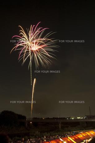 花火と屋台 8の写真素材 [FYI00086511]