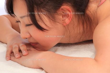 マッサージでくつろぐ女性の写真素材 [FYI00086514]