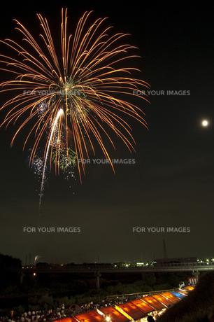 花火と屋台 2の写真素材 [FYI00086537]