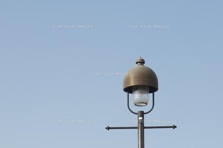 青空と街灯の写真素材 [FYI00088427]