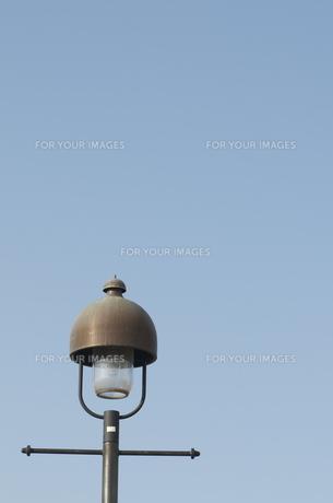 青空と街灯の写真素材 [FYI00088429]