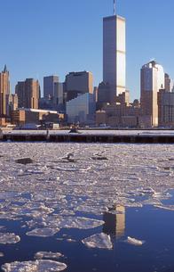 ワールドトレードセンターと凍った川の写真素材 [FYI00088465]