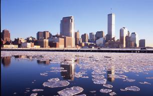 ワールドトレードセンターと凍ったハドソン川の写真素材 [FYI00088485]