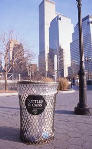 公園のゴミ籠とワールドトレードセンターの写真素材 [FYI00088490]