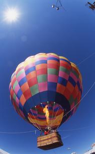 青空と気球の写真素材 [FYI00088507]