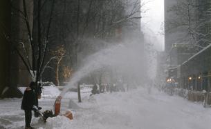 ニューヨーク ストリートの雪掻きの写真素材 [FYI00088531]
