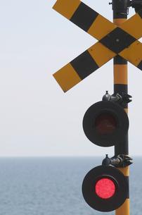 踏切信号と海の写真素材 [FYI00088587]