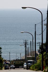 七里ケ浜住宅街より望む海の写真素材 [FYI00088588]