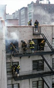 消火作業中の消防士の写真素材 [FYI00088608]