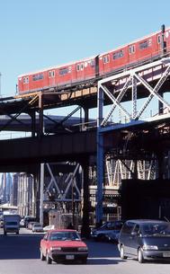 クイーンズを走るニューヨーク市営地下鉄の写真素材 [FYI00088610]
