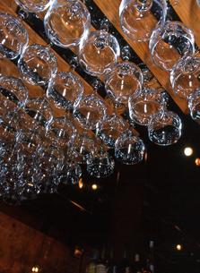 ニューヨーク ワインバーのワイングラスの写真素材 [FYI00088617]