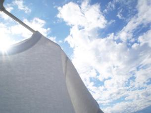 青空と洗濯物の写真素材 [FYI00088696]