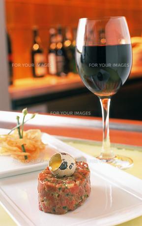 タルタルステーキとワインの写真素材 [FYI00088729]