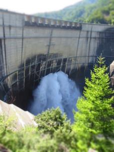 黒部ダムの観光放水の写真素材 [FYI00089223]