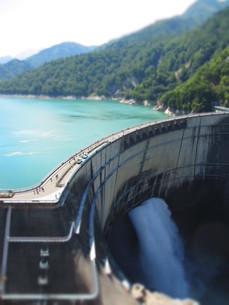 黒部ダムの観光放水の写真素材 [FYI00089232]