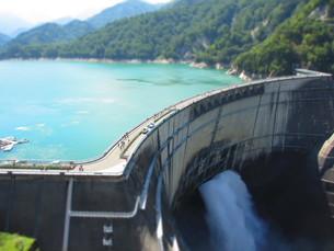 黒部ダムの観光放水の写真素材 [FYI00089243]