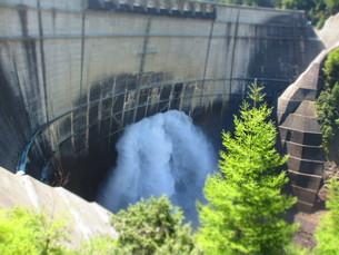 黒部ダムの観光放水の写真素材 [FYI00089251]